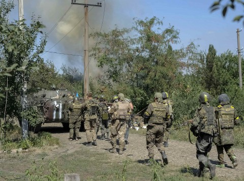 Ukrainian servicemen are seen during fighting with pro-Russian separatists in the eastern Ukrainian town of Ilovaysk August 26, 2014. Ukrainian President Petro Poroshenko said on Tuesday that the only effective instrument for ending bloodshed in eastern Ukraine was effective border controls with Russia, and halting arms supplies to the rebels and releasing prisoners of war.  REUTERS/Maks Levin  (UKRAINE - Tags: POLITICS CIVIL UNREST)